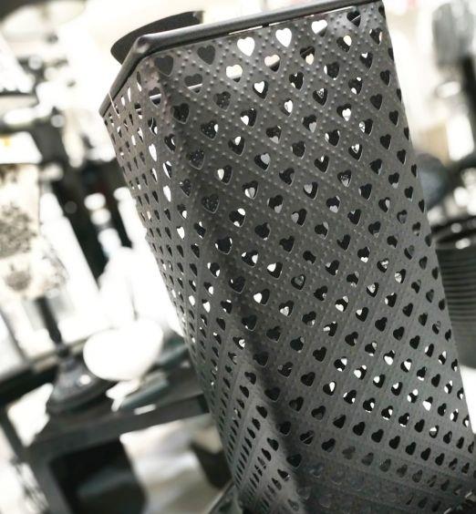Portaombrelli in metallo nero con cuori
