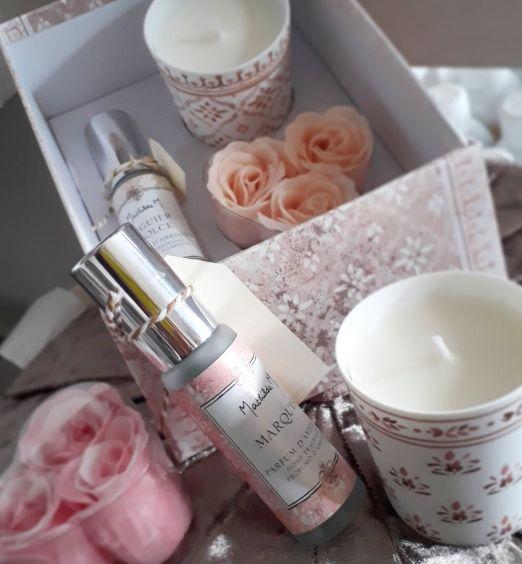 boccette profumo rose e candela