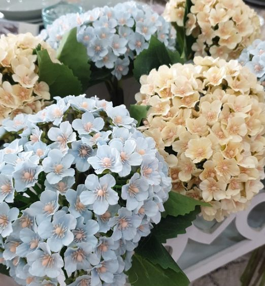 Mazzetti di fiori finti colorati