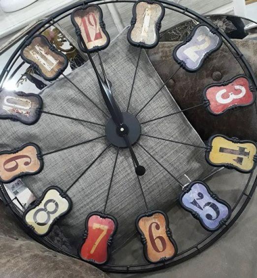 orologio in metallo con numeri su targhetta