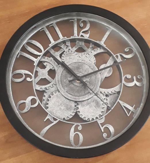 orologio steampunk con ingranaggi